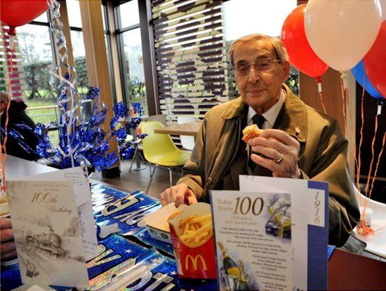 100jarige in McDonald's