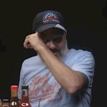 Komediant David Cross eet zeer hete hot wings