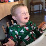 Peuter proeft voor het eerst bacon en schreeuwt het uit