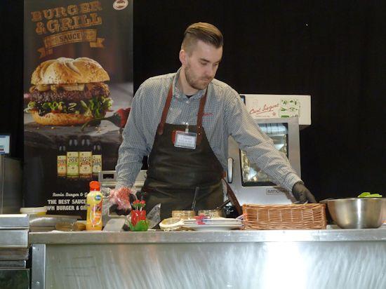 De winnaar van de Lekkerste Hamburger aan het werk