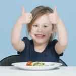 Amerikaanse kinderen eten voor het eerst Nederlandse gerechten