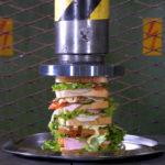 Een sandwich pletten met een hydraulische pers