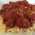 Spaghetti eetwedstrijd zonder handen of bestek