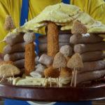 Kerststal gemaakt van snacks