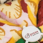 Deze pizza sokken worden verkocht in een pizzadoos