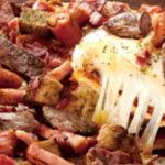 """Dubbele pizza """"Meat Mountain"""" bevat 18 soorten vlees"""