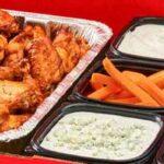 Doos vol met kippenvleugels om er thuis een feestje van te maken
