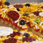 Grote pizza gemaakt van Lego