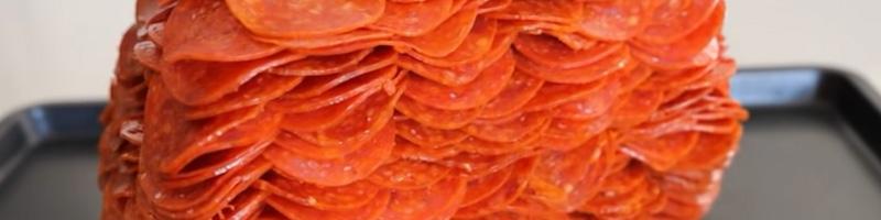 pizza met 1000 peperoni plakken
