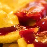 Belgische frituur voorziet hamburger, friet en frikandel van carnavalskleuren
