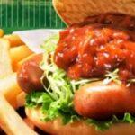 Japanse fastfoodketen verkoopt sandwich met hele rookworst