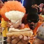 Rapnummer over hotdogs en water
