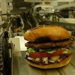 Deze robot maakt 360 hamburgers per uur