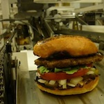 Deze machine maakt 360 hamburgers per uur