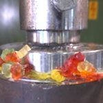 Gummybeertjes onder hydraulische pers
