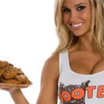 Hooters: dame met snacks