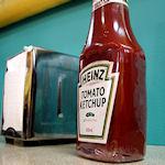 Ketchupfles op tafel
