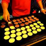 Getrainde kok maakt tientallen perfecte pannenkoekjes