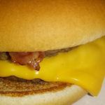 McDonald's cheeseburger met bacon