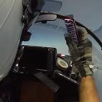 Zo geeft een straaljagerpiloot een snack door
