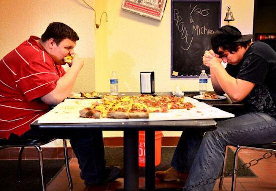Da Big Kahuna, krijgen deze mannen de pizza op?