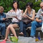 Mora: Mannen snacken om trek te stillen, vrouwen voor genietmomentje