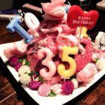In Japan krijgt jarige een vleestaart